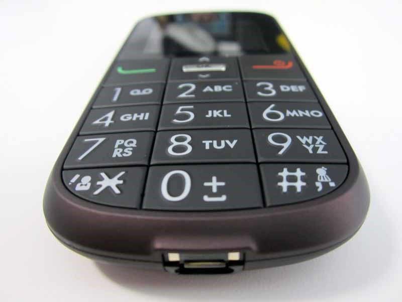 Типичный «бабушкофон» с большими цифрами на кнопках