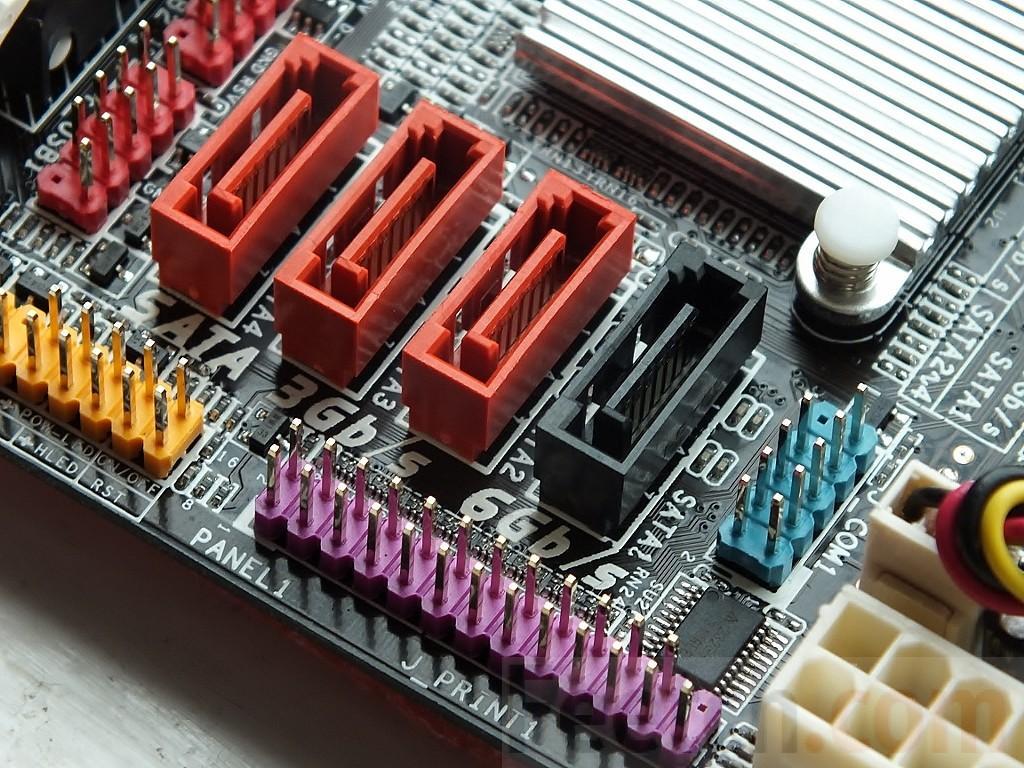 Рис.3. Слоты для подключения кабелей от дисков с интерфейсом SATA