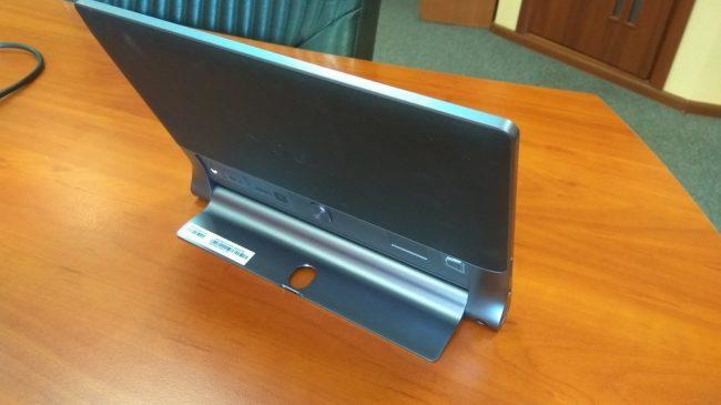 Подставка уверенно держит планшет на столе.