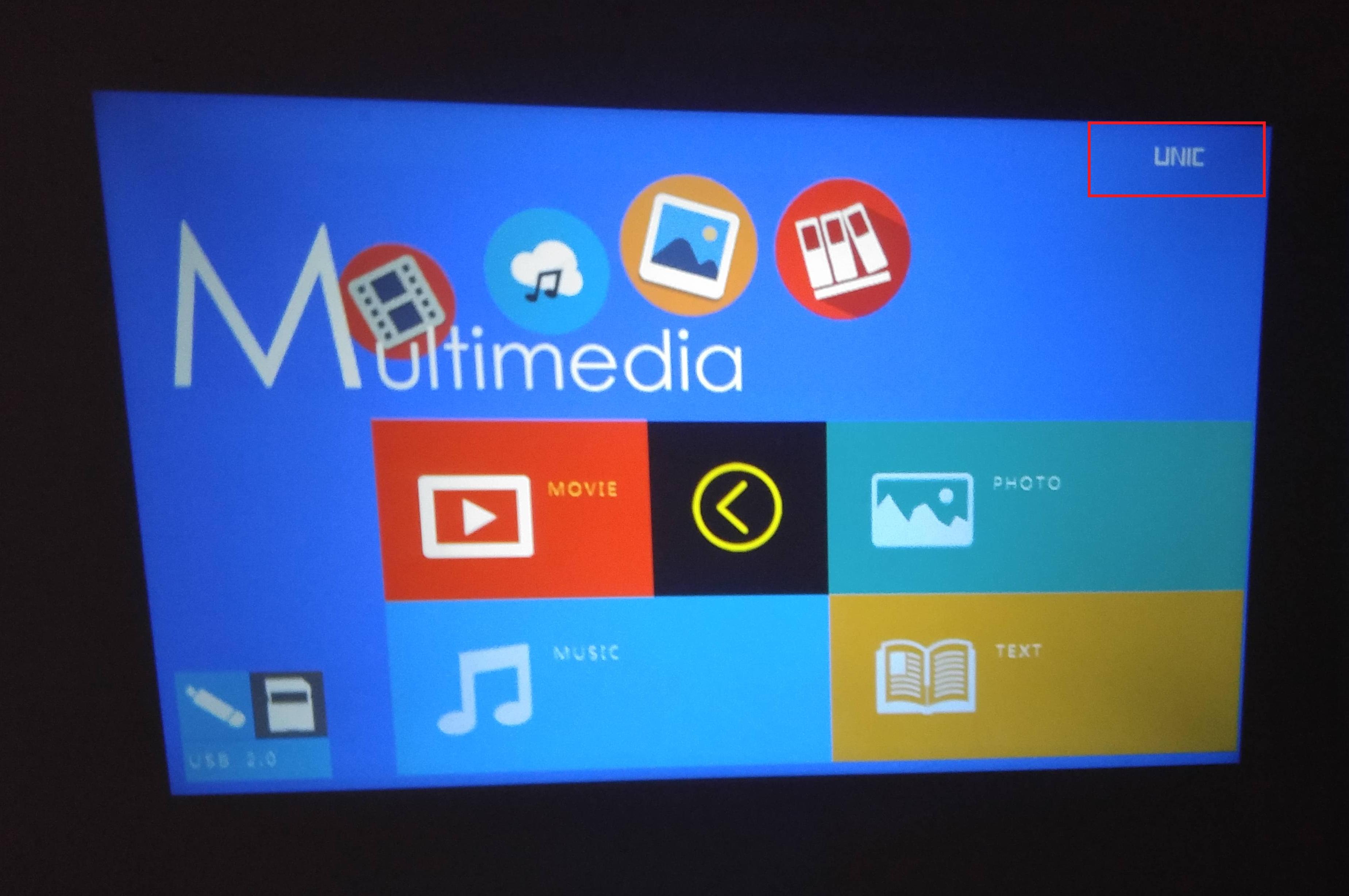 Качество изображения устройства и расположенный в верхней части экрана логотип