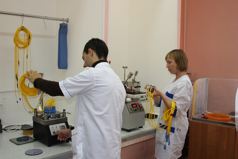 Рис. 2. Тестирование соединительных проводов на заводе