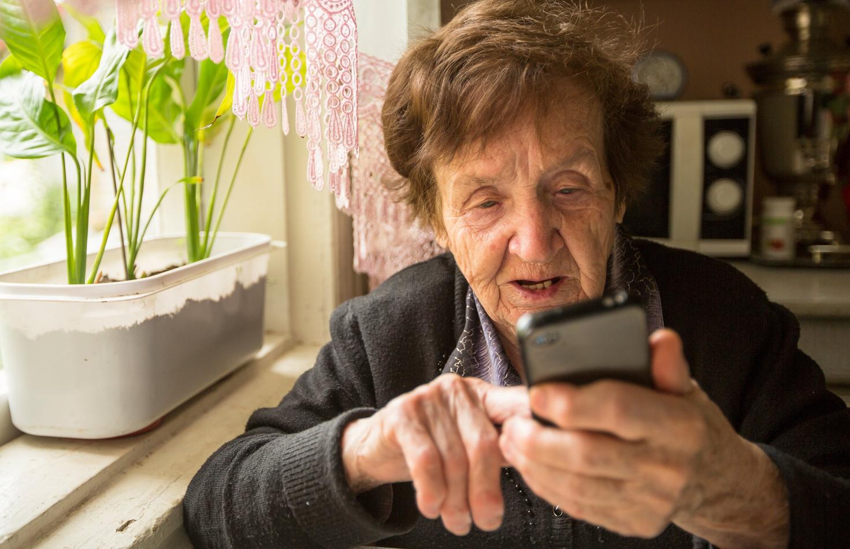 Рис. 6. Пожилой пользователь со смартфоном