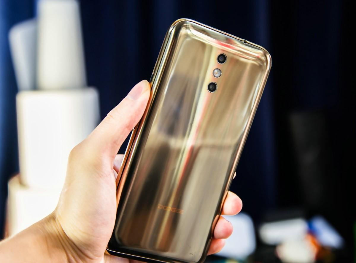 Рис. 18. Телефон BL5000 от DOOGEE в расцветке Gold.