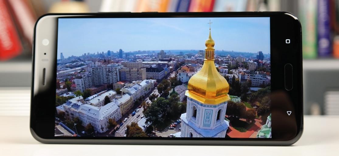 Рис. 4. Модель от HTC – гаджет с выдающимся разрешением экрана.