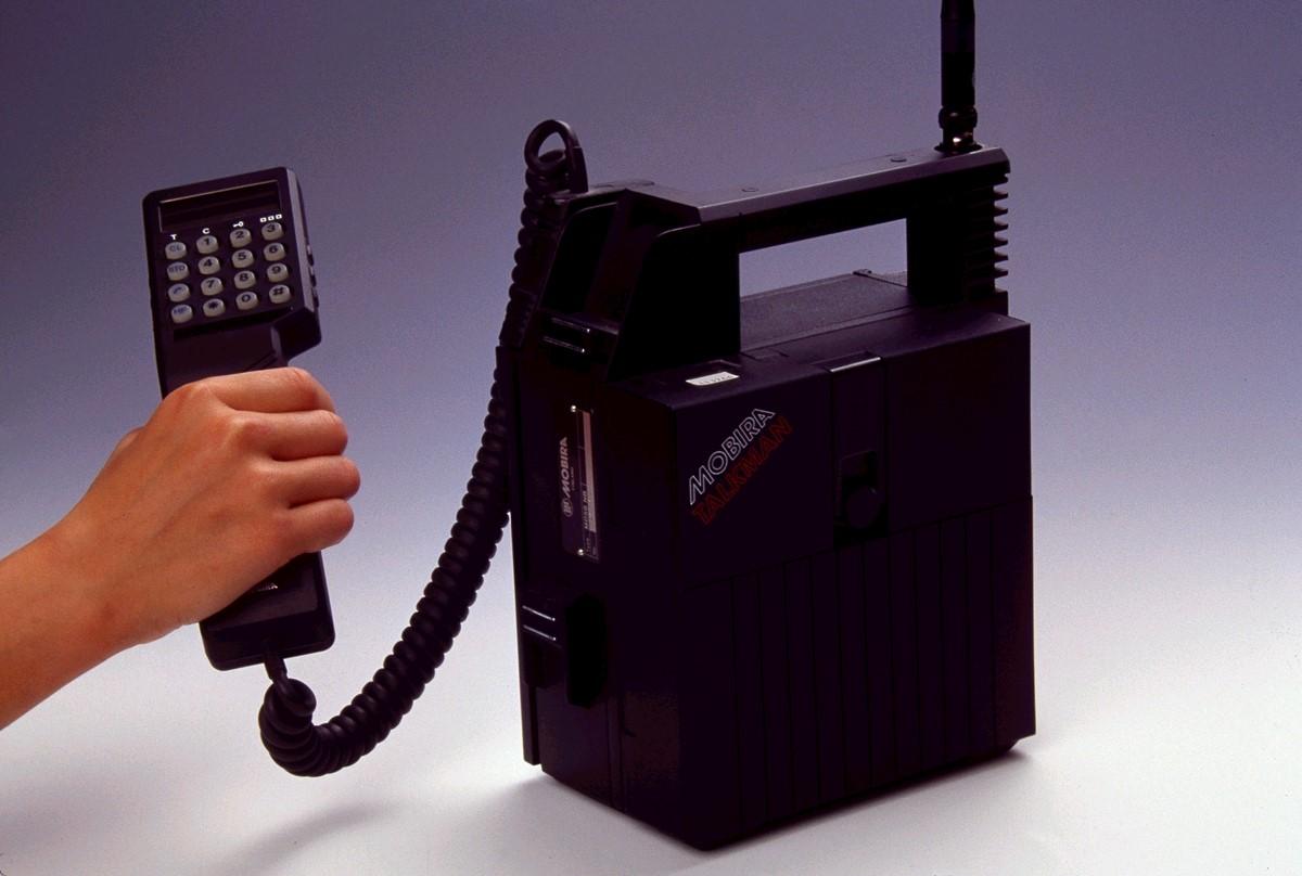 <Рис. 6 Переносной телефон>