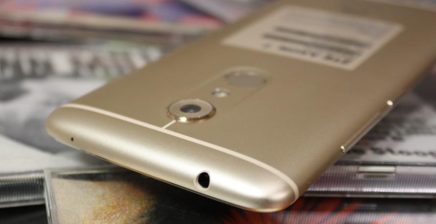 Рис. 3. Вид смартфона со стороны задней крышки.
