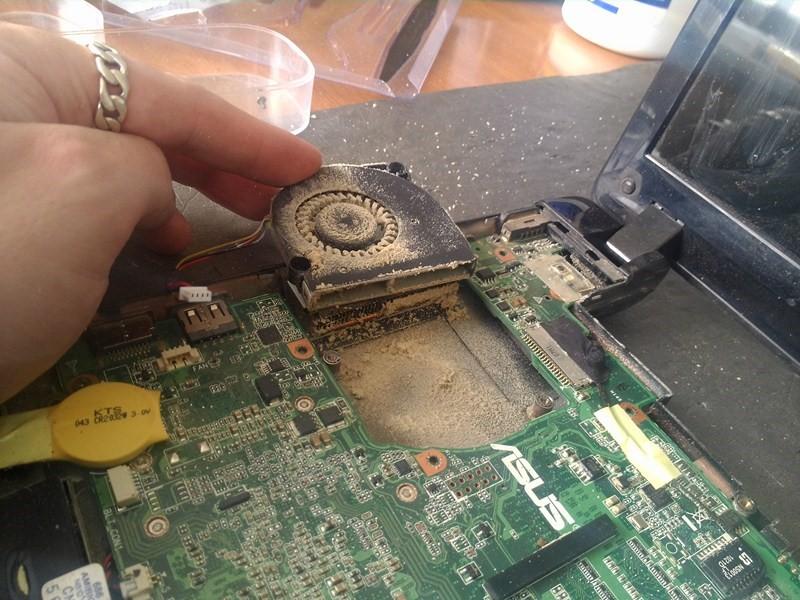 Рис. 6. Один из этапов разборки компьютера.