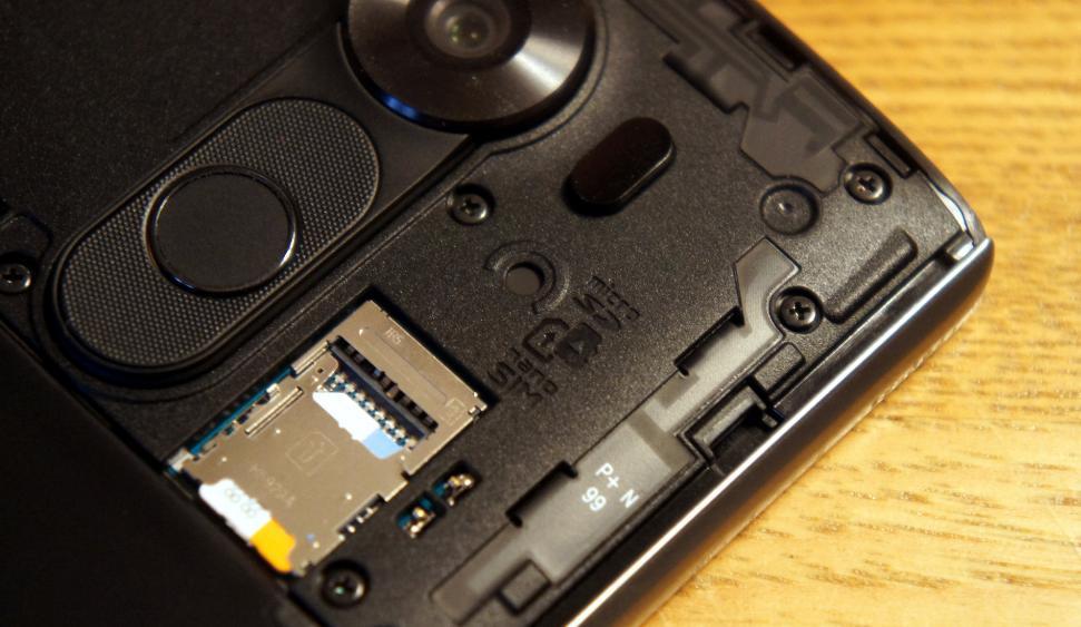 Рис. 9. Внутренний слот для карты памяти (и сим-карт).