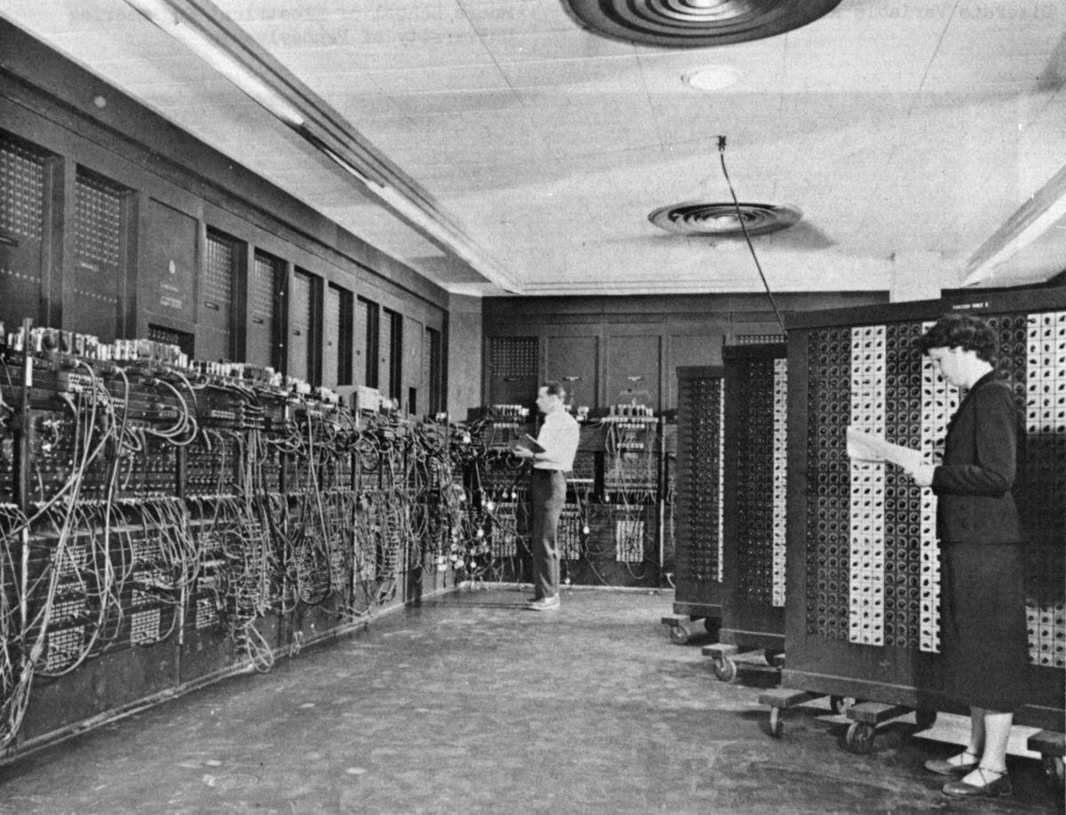 Рис. 2. Бетти Холбертон и один из первых компьютеров в мире.