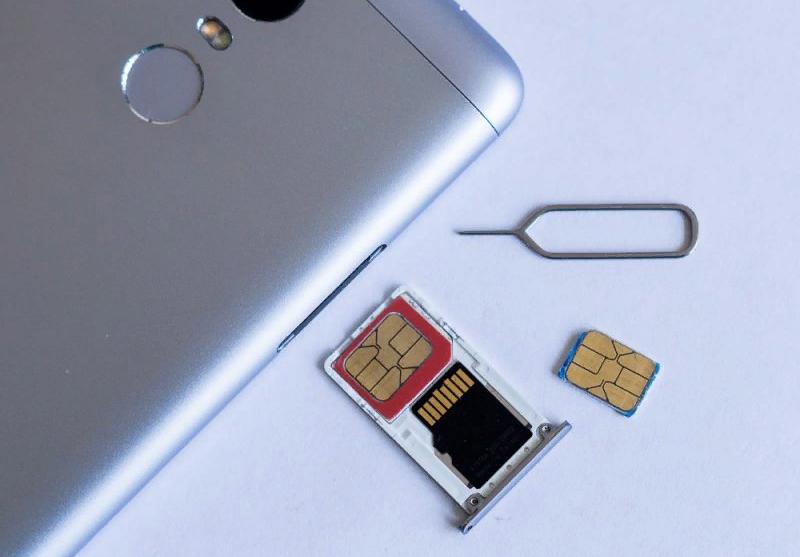 Рис. 10. Комбинированный слот (на 2 SIM-карты или на одну «симку» и microSD).