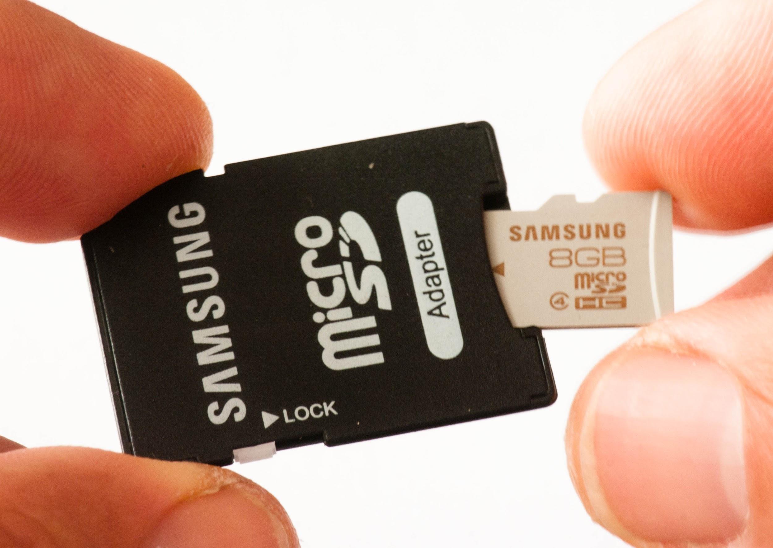 Рис.5: как вставлять карту памяти в адаптер.