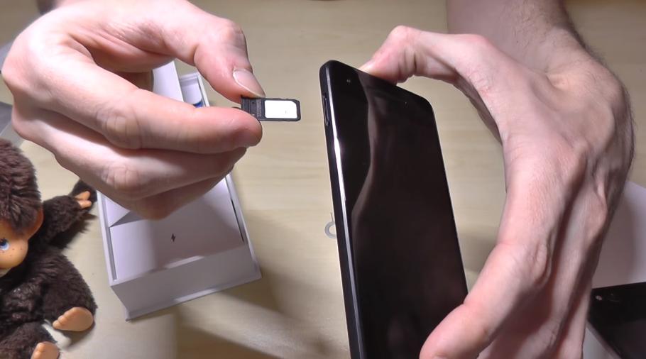 Рис. 7. Установка SIM-карты в смартфон.