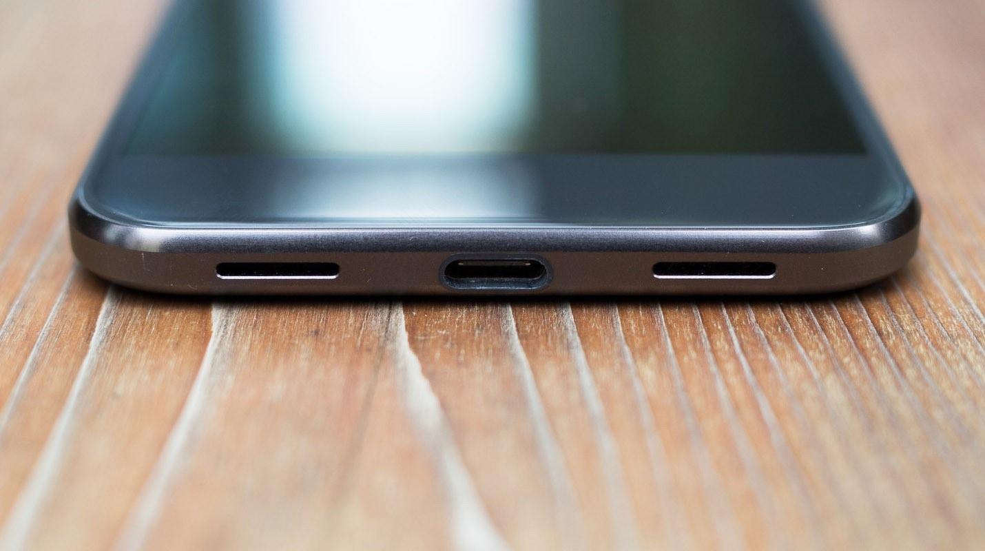 Рис. 9. Порт USB Type-C на современном смартфоне.