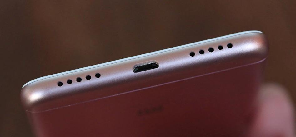 Рис. 9. Фальш-решётка и динамик смартфона на нижней части гаджета.