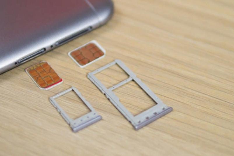 Рис. 7. Слоты для СИМ-карт и карты microSD.