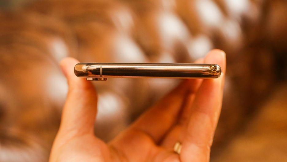 Рис. 5. Верхняя, полностью свободная от каких-либо элементов грань мобильного телефона.