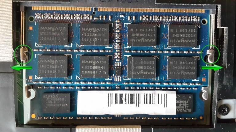 Рис. 6 – Отодвигаем фиксаторы модулей оперативной памяти